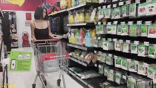 騷女孩不穿內褲逛超市還撩起黑絲裙露出