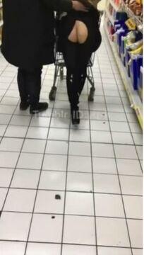 推特紅人綠帽大神帶美嬌妻在國内某大型超市内真空露出讓别的男人摸臀停車場内啪啪啪